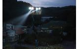 闇に包まれた撮影現場、スポットライトの先に照らされているのは?の画像