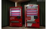 従来型自販機(左)では、蛍光灯照明を一本抜いた形で節電をおこなう。LED照明を使用する自販機は従来の蛍光灯よりも1/3の消費電力となる。の画像