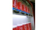 従来の自販機では一番上の蛍光灯を間引いて節電する。の画像