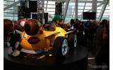『マリオカート7』でルイージの乗る実物大カートが披露された(ロサンゼルスモーターショー11)の画像