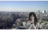 高層ビルの窓際で記念写真の画像