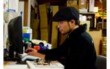 注文メールを整理する江南店長の画像
