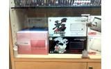 左がニンテンドー3DS本体。右は日本でも発売された『ポケットモンスター ブラック・ホワイト』DSi本体同梱版の画像
