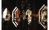 壁の物販展示スペースはクリスタルの形をしていますの画像