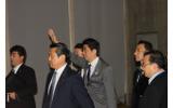 手を振りながら会場に入る安倍首相の画像