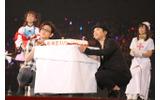 ケーキと記念撮影する緑川さん・鳥海さんの画像