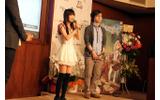 エスカ役・村川梨衣さんと、キャラクターデザインを担当した左さんの画像