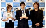 ローラさん、中山雅史さん、島野光弘プロデューサーの3ショットの画像