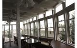 屋上はカフェ風の休憩スペースの画像