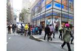 店に向かって左手から行列がはじまっていますの画像