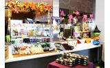 左側の「Cafe」コーナーでは、海外で販売されている缶入りのドリンクなども用意の画像
