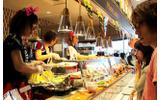 「Plate Lunch」コーナーで、食べたい品目を選んでいる様子の画像