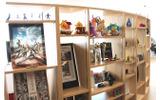 スクエニのゲーム作品に関連したキャラクターグッズなどが展示されているディスプレイコーナーの画像
