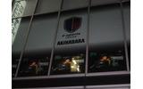 会場内のイベントの様子が映し出される街頭向けモニターが5台窓側にならんでいますの画像