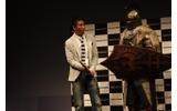 剣の重さに驚く田村氏の画像