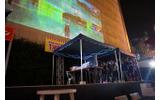 ビルを巨大スクリーンにして、来場者と一緒にプレイ!アメザリ平井の開放的なゲーム実況が大阪での画像