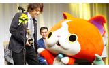 受賞を喜ぶ日野氏とジバニャンの画像