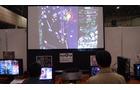 人気同人ゲーム『東方』シリーズを巨大モニターでプレイ。初心者用の台も別途に用意されていました。