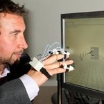 Wiiリモコン&特製手袋で自宅リハビリ ― 英国で開発