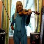 ゼロスーツサムスのコスプレで『メトロイド』の曲をバイオリンで奏でる