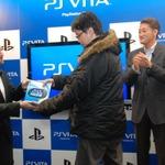 渋谷のカウントダウンイベントではSCEハウス社長・平井会長が訪れ本体を手渡し~PSVita発売