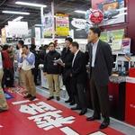 PSVita発売日、ヨドバシアキバは300人を超える行列発生 ― SCEハウス社長・平井会長も登場