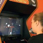 目だけで操作する世界初のゲームがロンドン娯楽施設に設置