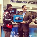 先頭のユーザーには米国任天堂社長が手渡し、Wii U北米発売を迎える