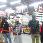 【Wii U発売】ヨドバシアキバ、昼間の様子をチェック ― 何を買おうか悩んでいる姿も目立つ