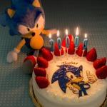 セガ、公式Facebookページが20000いいね!達成 ― ソニックが特製ケーキでお祝い