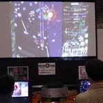 人気同人ゲーム『東方』シリーズを巨大モニターでプレイ。初心者用の台も別途に用意されていました。の画像