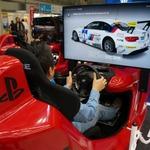 東京モーターショー13に『グランツーリスモ6』が出展 ― 赤い筐体に「T500 RS GT RACING WHEEL」を装着