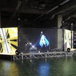 「初音ミク」ライブ新システムの秘密 ― レディー・ガガのツアーオープニングアクトを可能にした地元・札幌の力とは