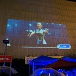ビルを巨大スクリーンにして、来場者と一緒にプレイ!アメザリ平井の開放的なゲーム実況が大阪で