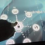【DCE 2014】まるでSF映画のコンピューター!近未来的なディスプレイ「MultiTaction MT553」