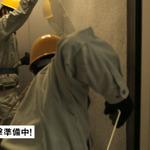ザク、東京に立つ!? 「シャア専用ザク」がビルを急襲する実写映像が公開の画像