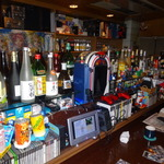 カウンターにはお酒とゲームがズラリ。の画像