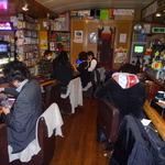 店内は非常にアットホームな雰囲気。お客さん同士でカードゲームを楽しそうにプレイしていた様子が印象的でした。の画像