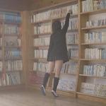 現役コスプレイヤーが挑んだ「下着が見えない本の取り方」の結果を、けしからん動画でお披露目