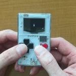 「ゲームボーイ風」名刺サイズのゲーム機がKickstarterで大人気