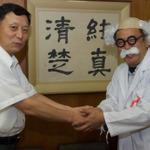 中村泰孝校長と「ハカセ」が固い握手の画像