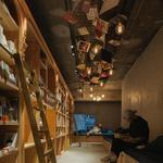 """""""泊まれる本屋""""が池袋に11月5日オープン…読書しながら寝落ちできる宿泊施設の画像"""
